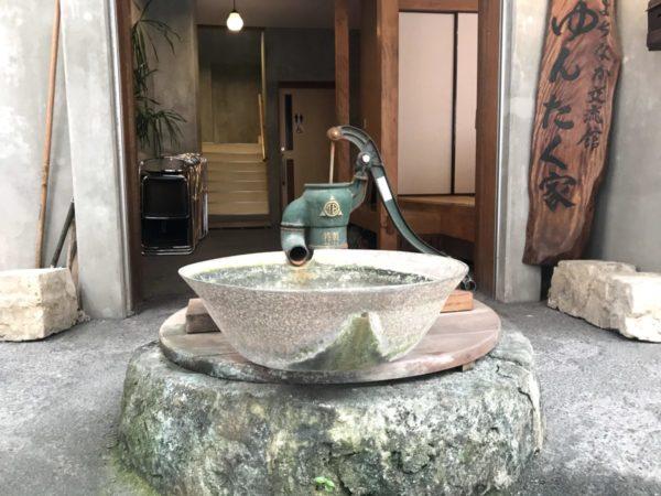 【昔体験】手押し型ポンプで井戸水汲み体験で水について学ぶ