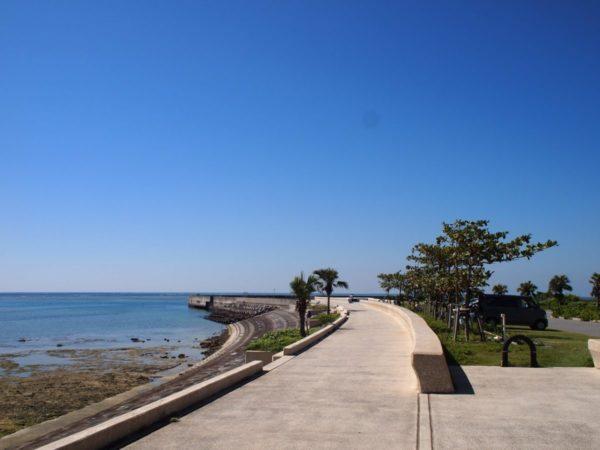 車から歩かずにすぐ目の前で青い海を眺めていれる【真栄里駐車場】